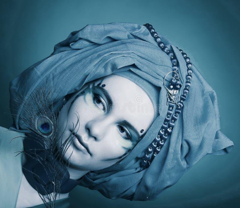 Jonge vrouw met pauwveren royalty-vrije stock afbeelding