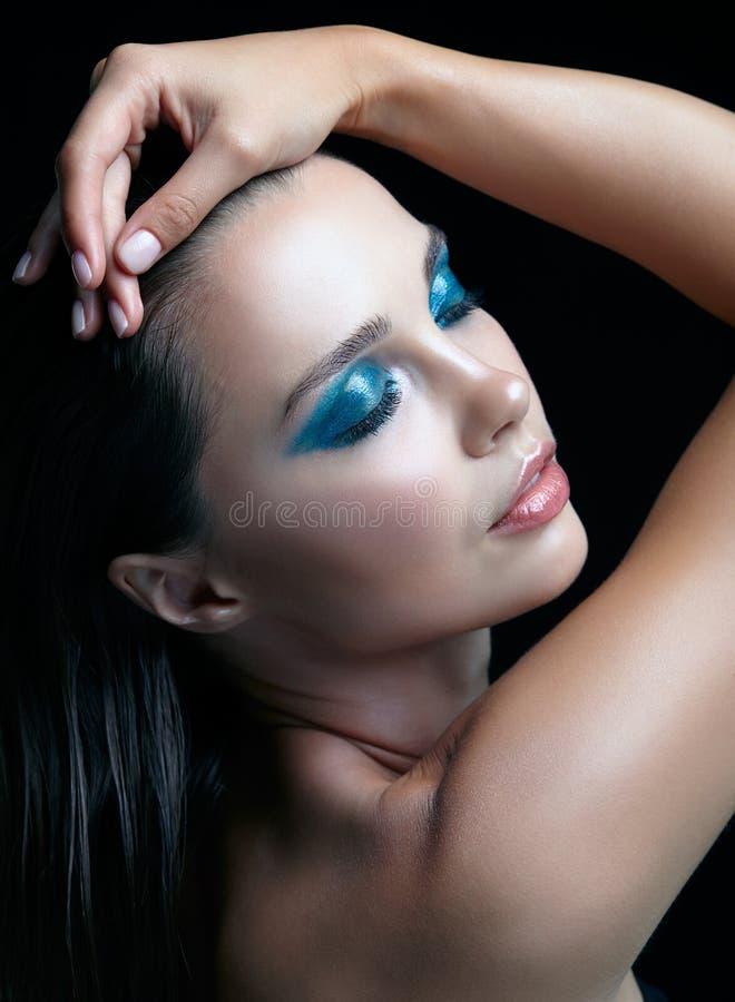 Jonge vrouw met perfecte huid en de blauwgroene rokerige elft van het ogenoog stock afbeelding