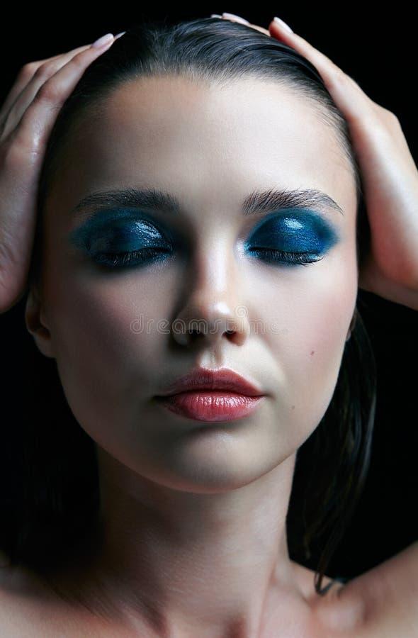 Jonge vrouw met perfecte huid en de blauwgroene rokerige elft van het ogenoog royalty-vrije stock fotografie