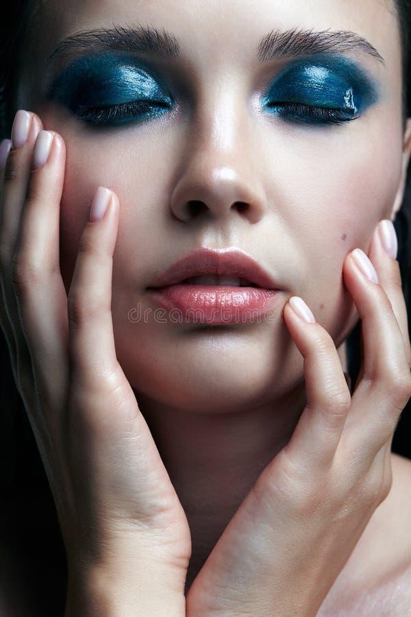 Jonge vrouw met perfecte huid en de blauwgroene rokerige elft van het ogenoog royalty-vrije stock foto