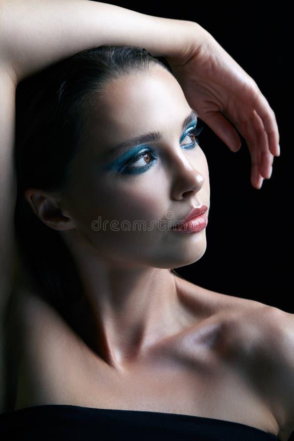 Jonge vrouw met perfecte huid en de blauwgroene rokerige elft van het ogenoog stock fotografie