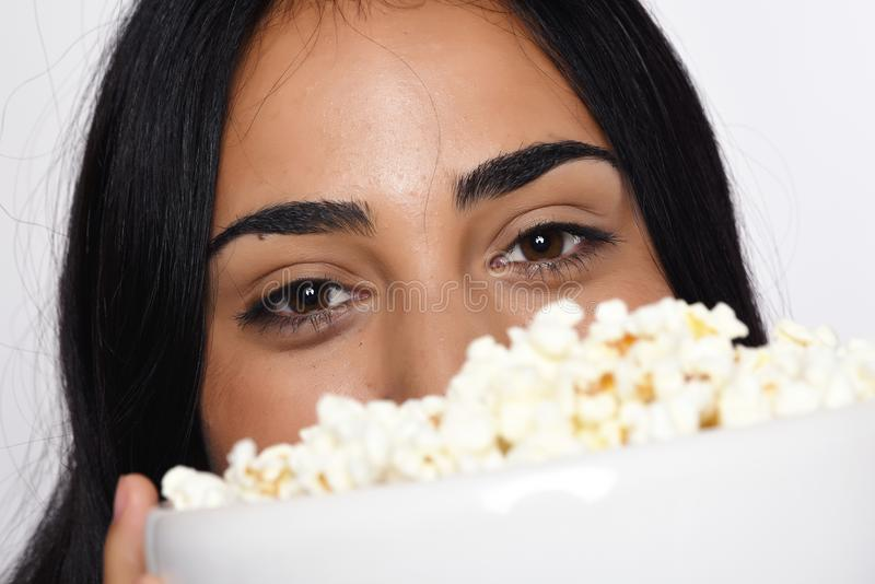 Download Jonge vrouw met popcorn stock afbeelding. Afbeelding bestaande uit holding - 114225601