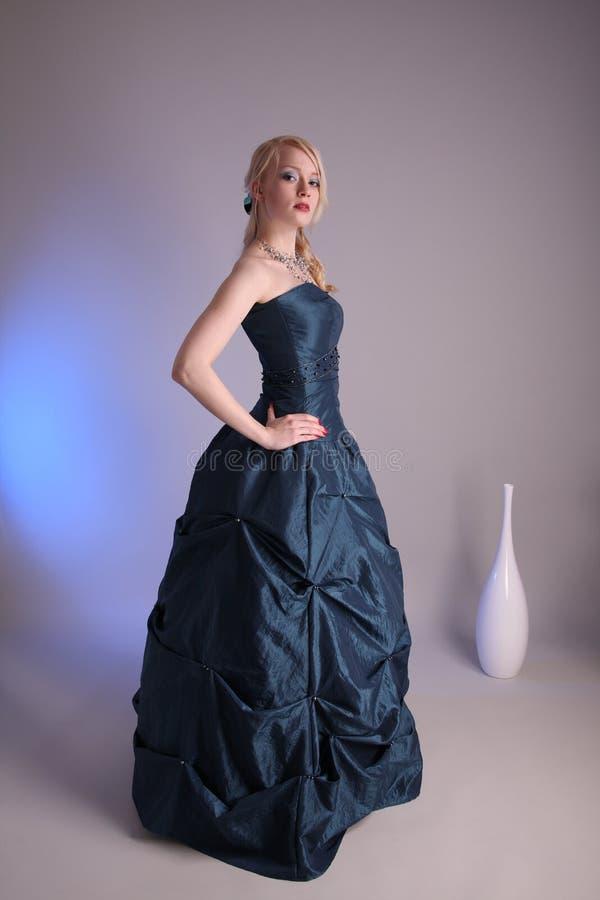 Jonge vrouw met promkleding royalty-vrije stock afbeeldingen