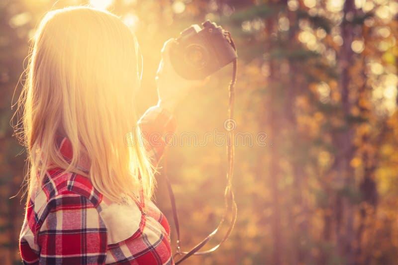 Jonge Vrouw met retro fotocamera die selfie schot nemen stock afbeeldingen