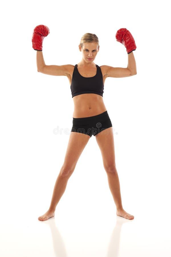 Jonge vrouw met rode bokshandschoenen stock foto