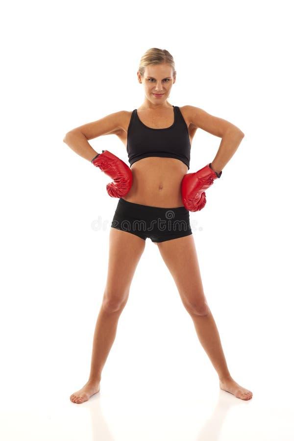Jonge vrouw met rode bokshandschoenen royalty-vrije stock afbeeldingen