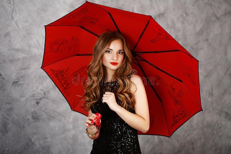 Jonge vrouw met rode paraplu royalty-vrije stock afbeelding