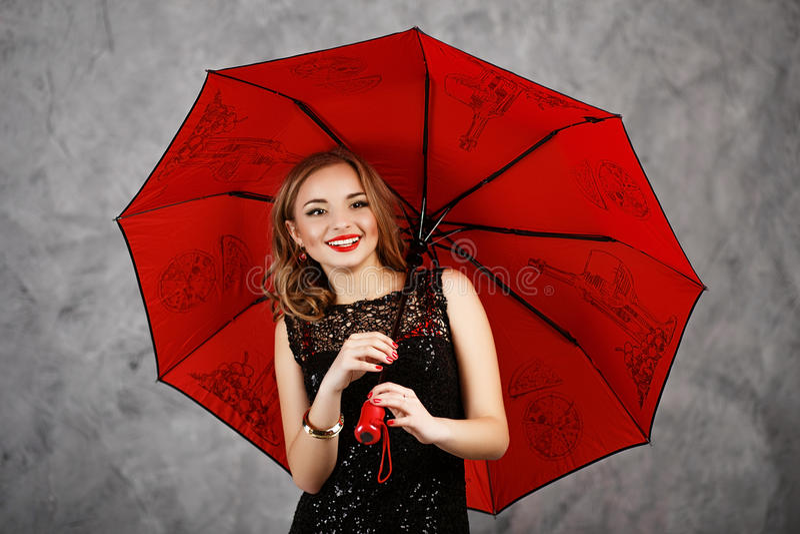 Jonge vrouw met rode paraplu stock fotografie