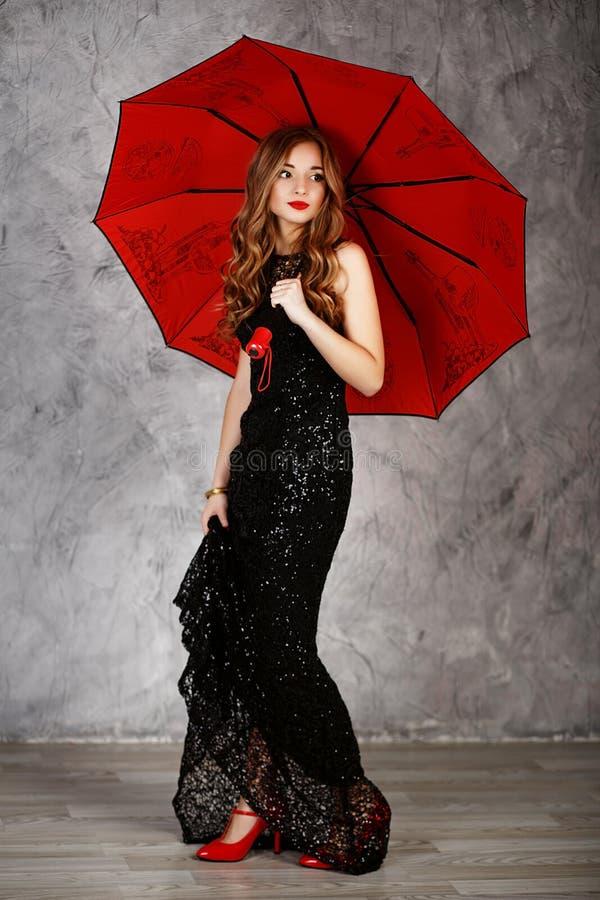 Jonge vrouw met rode paraplu royalty-vrije stock foto