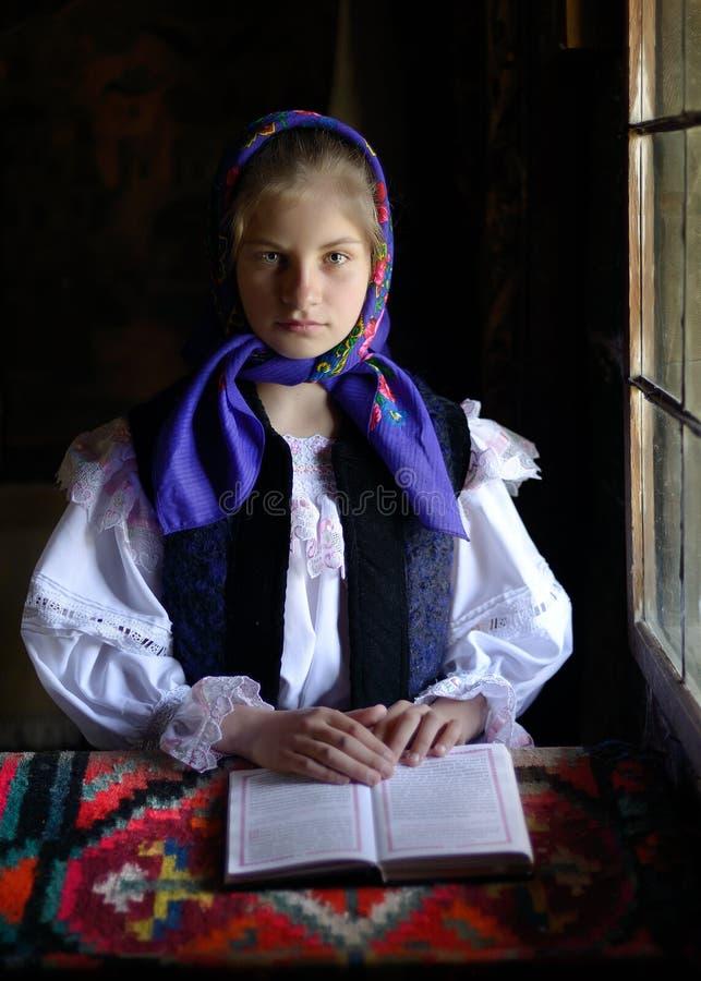 Jonge vrouw met Roemeens traditioneel kostuum in Bucovina, Roemenië stock foto's