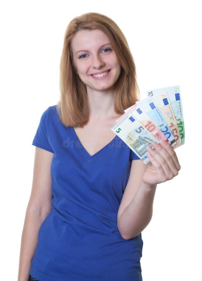 Jonge vrouw met rood haar die geld tonen royalty-vrije stock foto