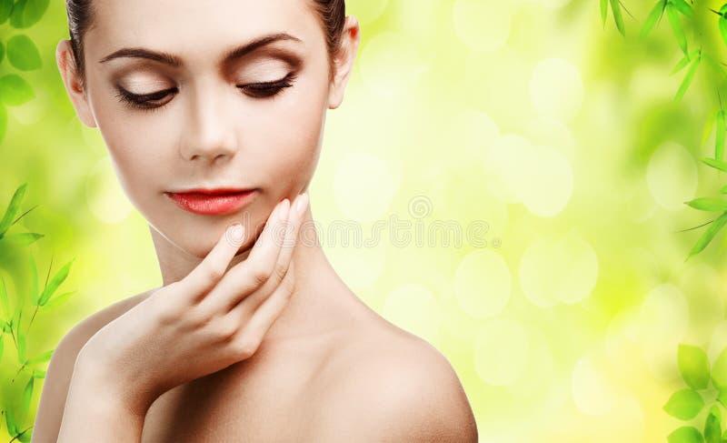 Jonge vrouw met schone huid stock foto