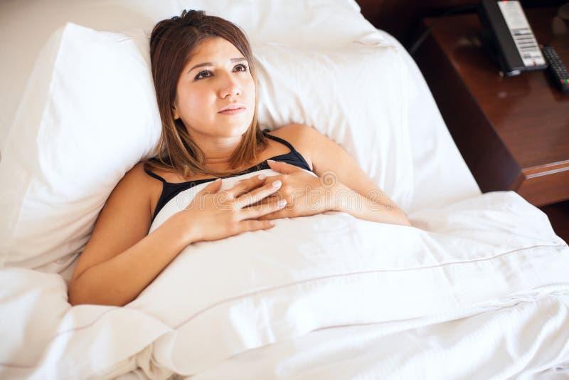 Jonge vrouw met slapeloosheid stock foto