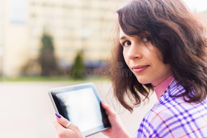 Jonge vrouw met Tabletlezing royalty-vrije stock afbeelding