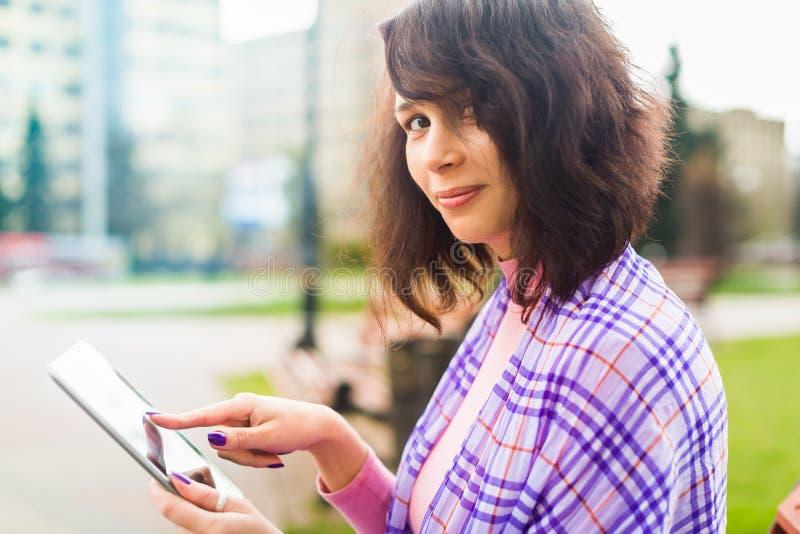 Jonge vrouw met Tabletlezing royalty-vrije stock foto