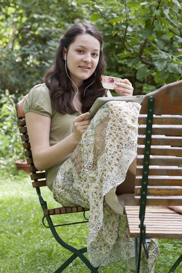 Jonge vrouw met tabletpc i stock fotografie