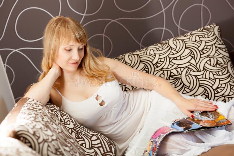 Jonge vrouw met tijdschrift royalty-vrije stock afbeeldingen