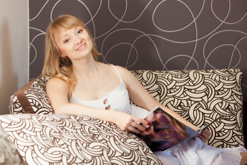 Jonge vrouw met tijdschrift stock afbeeldingen
