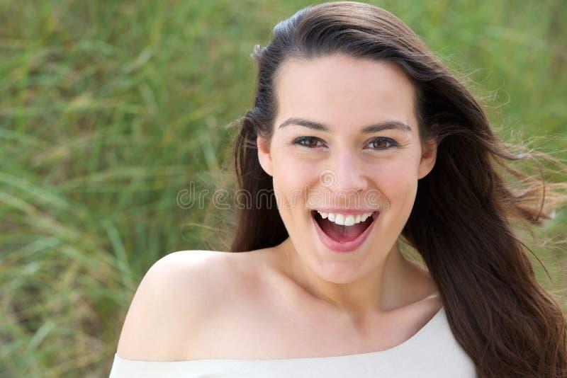 Jonge vrouw met verraste uitdrukking stock afbeeldingen