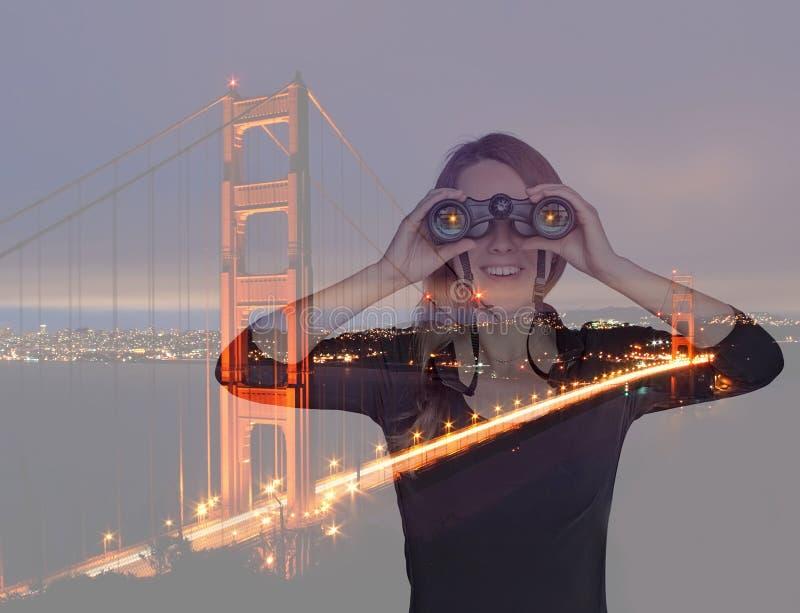 Jonge vrouw met verrekijkers dichtbij Golden gate bridge Dubbele Expo stock foto's