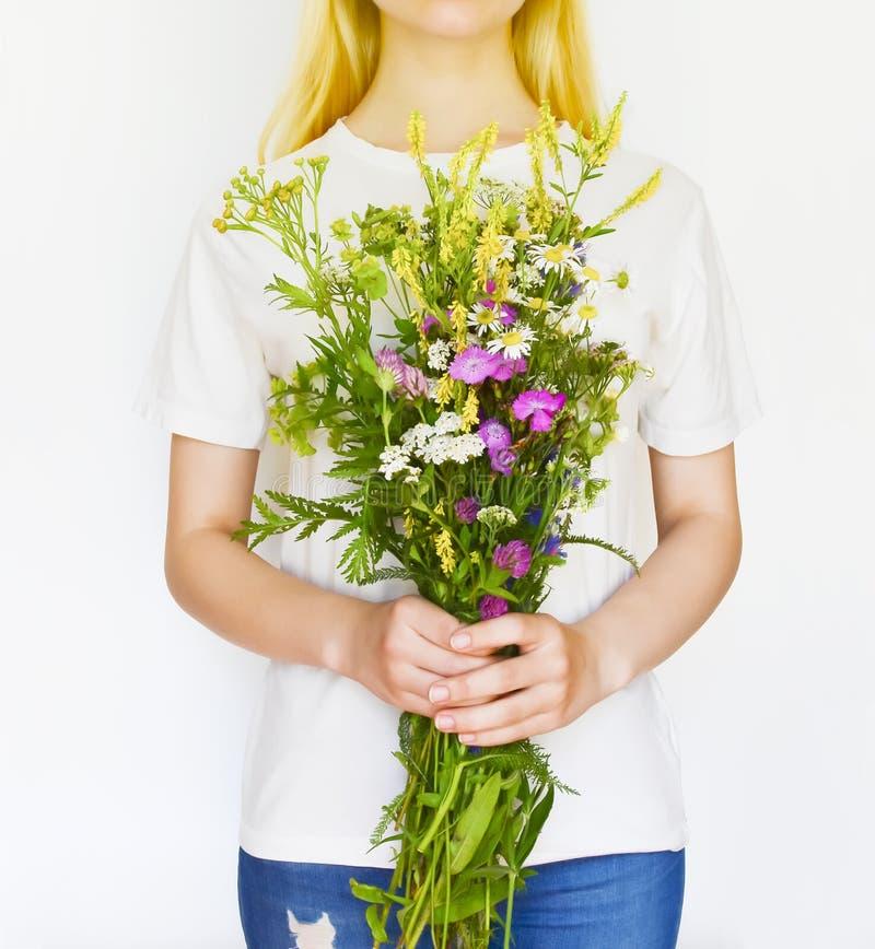 Jonge vrouw met Wildflowers royalty-vrije stock afbeelding