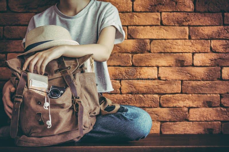 Jonge vrouw met zak in ba royalty-vrije stock fotografie