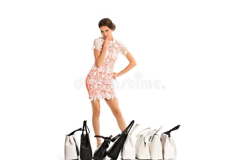 Jonge vrouw met zakken over witte achtergrond stock afbeelding