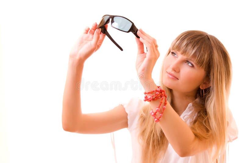 jonge vrouw met zonnebril stock foto's
