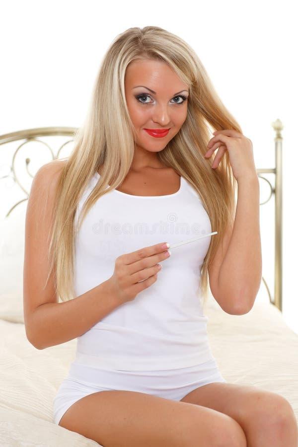 Jonge vrouw met zwangerschapstest. stock afbeeldingen