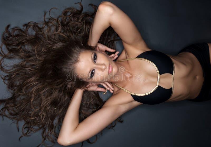 Jonge vrouw met zwarte bikini stock foto's