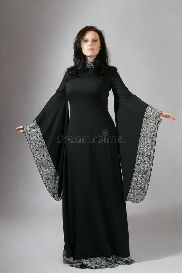 Jonge vrouw in middeleeuwse kleding royalty-vrije stock foto's