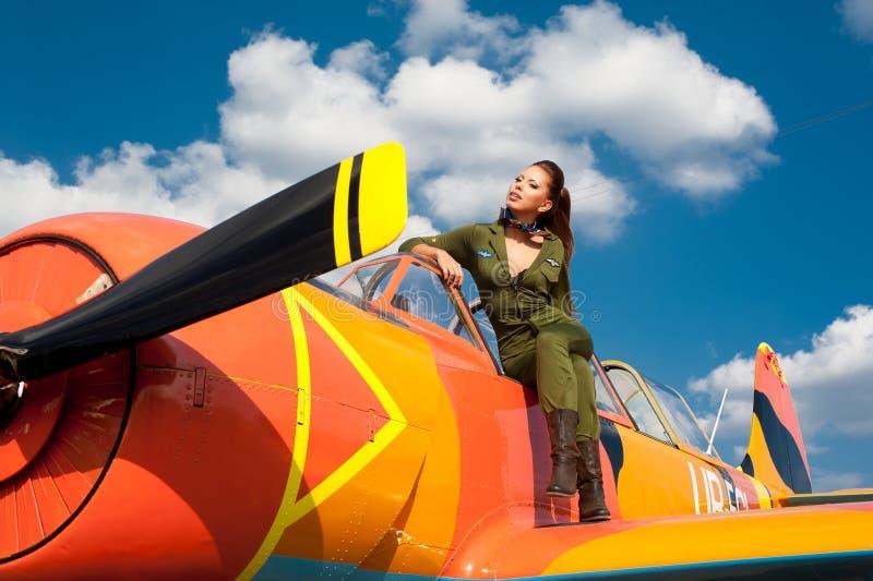 Jonge vrouw in militaire eenvormig op het vliegtuig royalty-vrije stock foto's