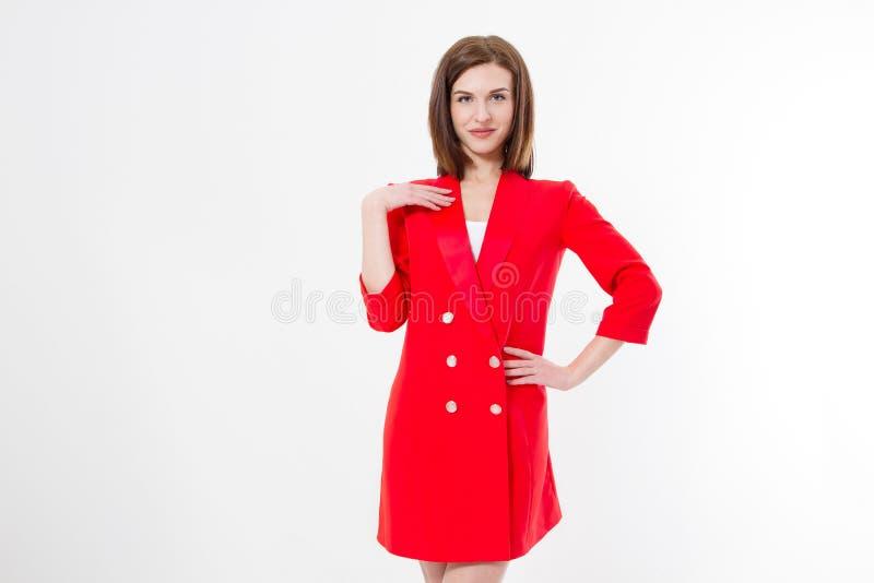 Jonge vrouw in modieuze rode die manierkleding op witte achtergrond wordt geïsoleerd De ruimte van het exemplaar Mooi meisje stock foto