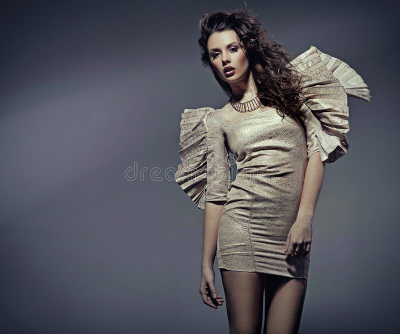 Jonge vrouw in mooie kleding royalty-vrije stock foto