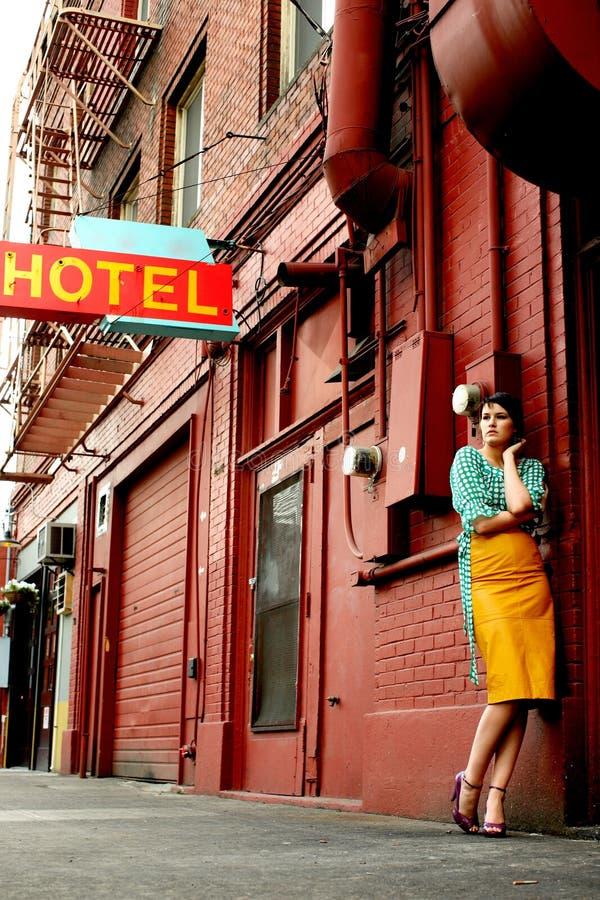 Jonge vrouw naast hotel royalty-vrije stock fotografie
