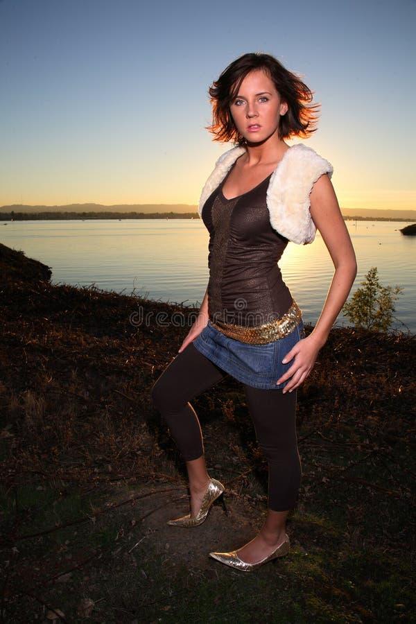 Jonge vrouw naast rivier stock fotografie