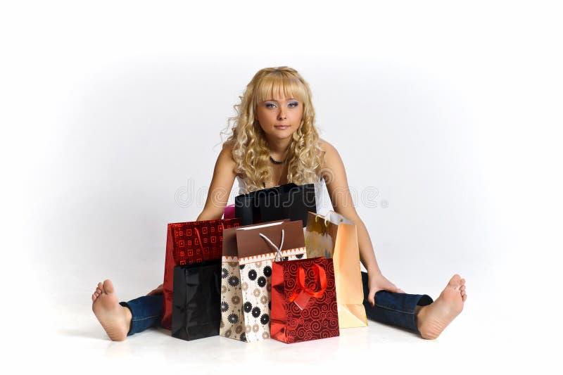 Jonge vrouw onder het winkelen zakken royalty-vrije stock foto's