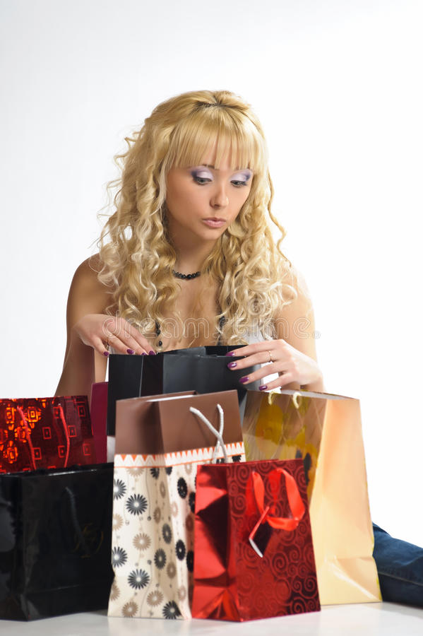 Jonge vrouw onder het winkelen zakken stock fotografie