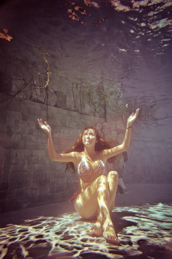Jonge vrouw onderwater royalty-vrije stock fotografie