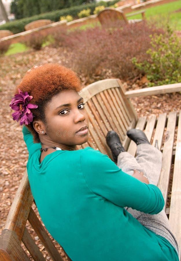 Jonge Vrouw op Bank royalty-vrije stock foto