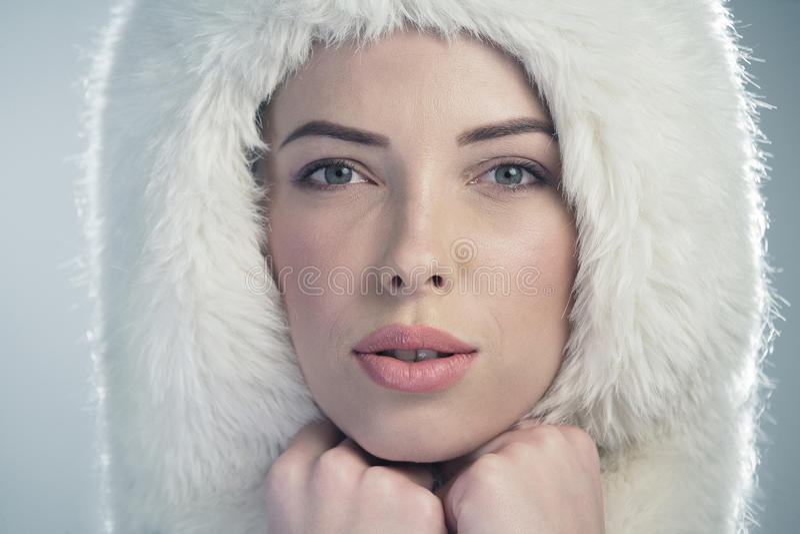 Jonge vrouw op blauwe achtergrond, achterlicht royalty-vrije stock afbeeldingen