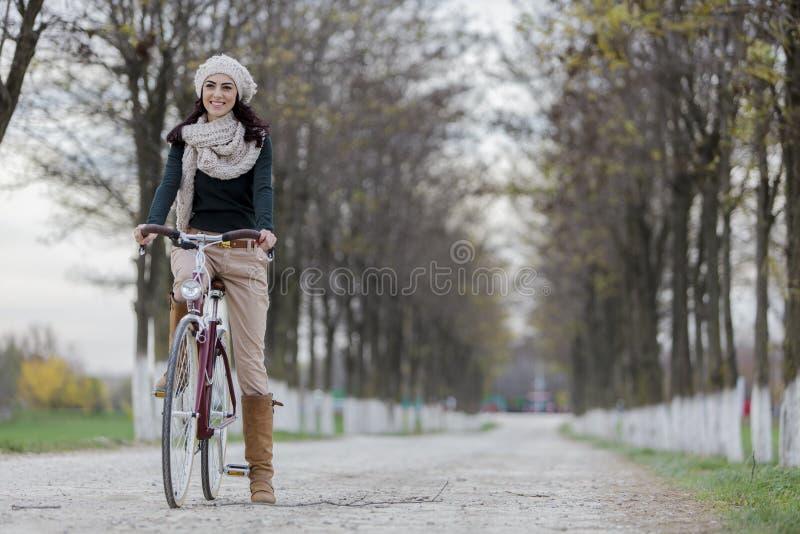 Jonge vrouw op de fiets royalty-vrije stock afbeelding