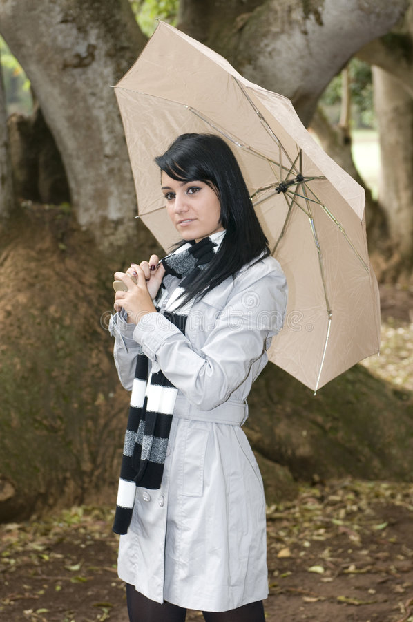 Jonge vrouw op de herfstbos royalty-vrije stock fotografie