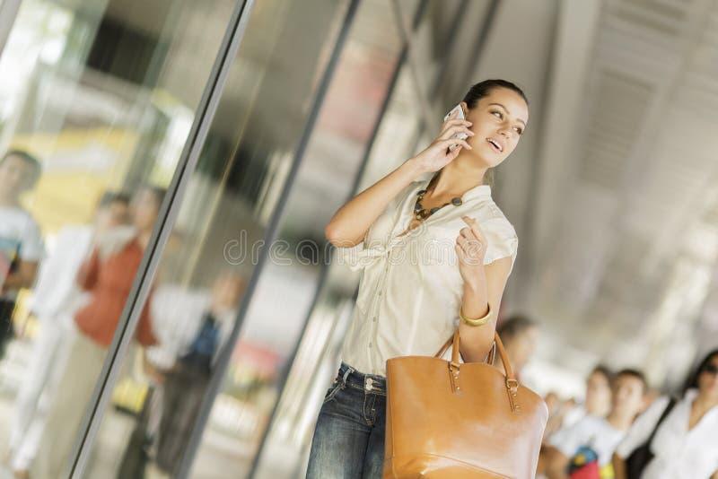 Jonge vrouw op de straat royalty-vrije stock afbeelding