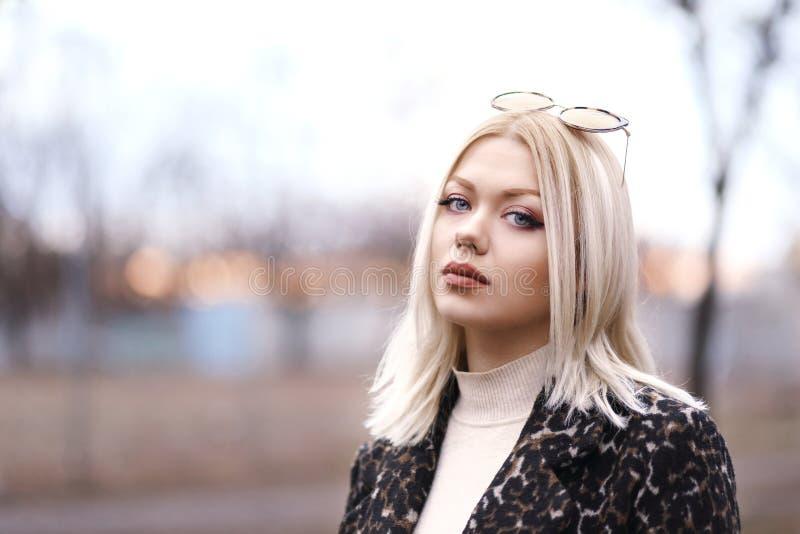 Jonge vrouw op de straat royalty-vrije stock foto