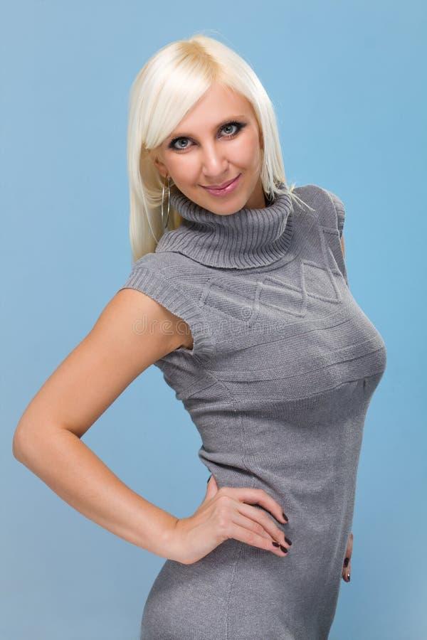 Jonge vrouw op een blauw royalty-vrije stock foto's