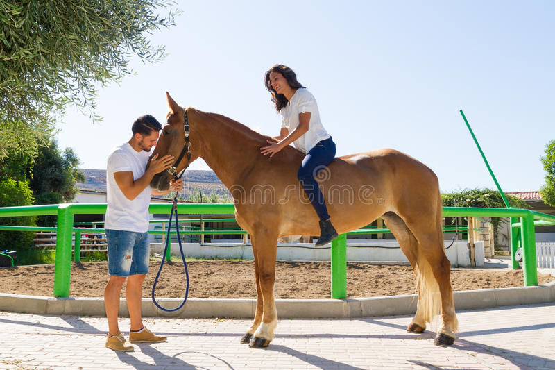 Jonge vrouw op een bruin paard zonder zadel stock foto's