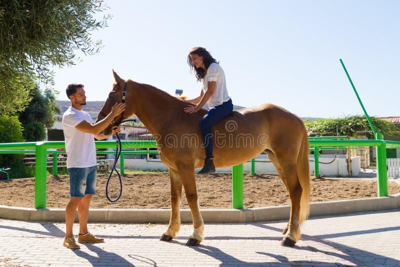 Jonge vrouw op een bruin paard zonder zadel royalty-vrije stock fotografie