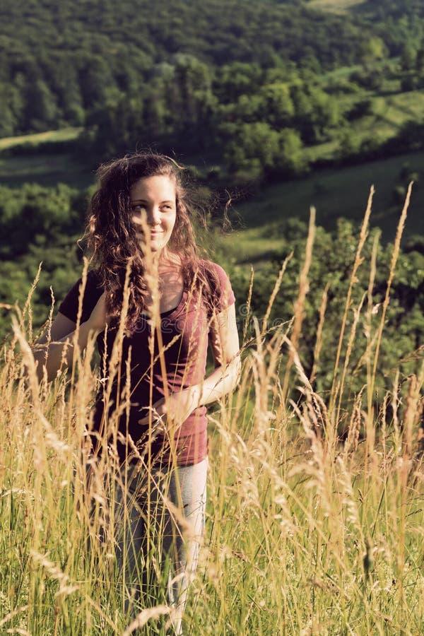 Jonge vrouw op een gebied royalty-vrije stock afbeelding