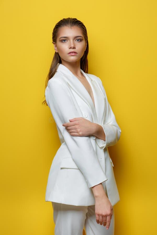 Jonge vrouw op een gele achtergrond royalty-vrije stock fotografie
